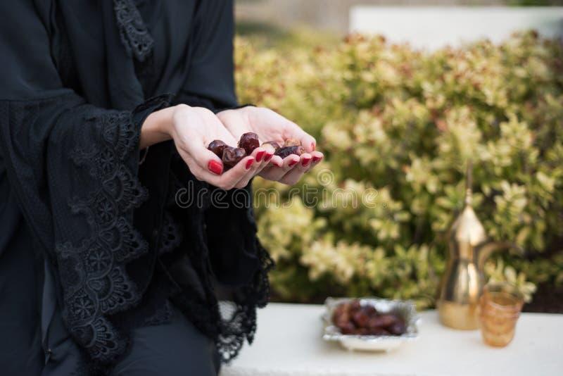 中东妇女提供的日期 库存照片