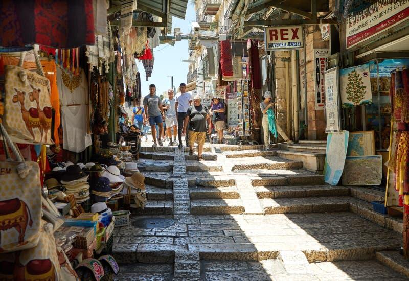 中东游人的所有颜色、口味和味道可能在大卫国王的街道上的阿拉伯义卖市场找到 库存照片