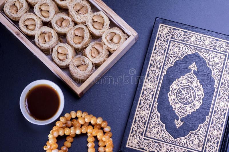 中东点心歌手巢knafeh服务用阿拉伯无奶咖啡Qahwah Turlish果仁蜜酥饼食物摄影顶视图  免版税库存图片