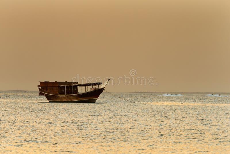 中东:传统帆船叫单桅三角帆船 免版税库存图片