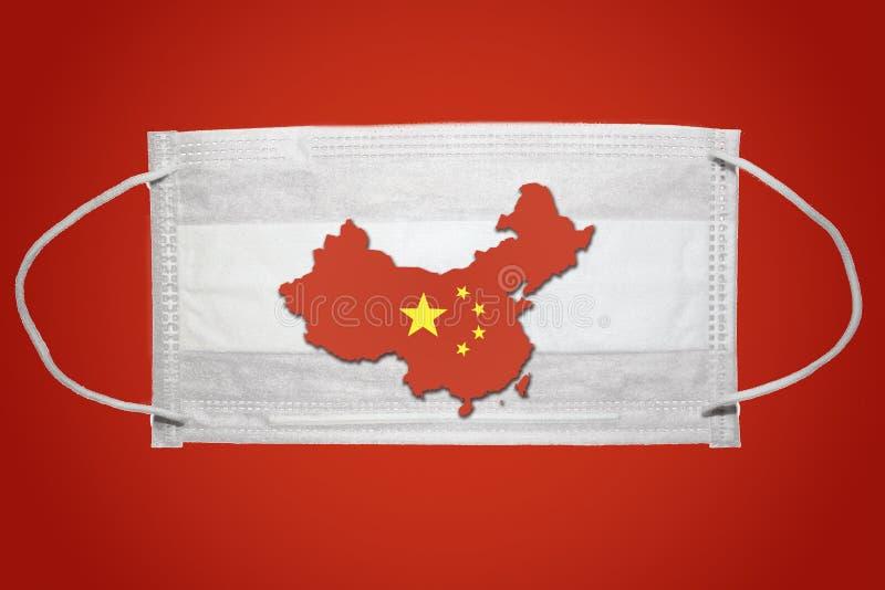 中华人民共和国地图国别轮廓外科面罩防护面罩 中国冠状病毒暴发 红色背景 库存照片