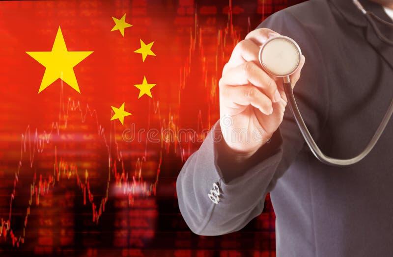 中国下降趋势股票数据旗子用图解法表示与拿着听诊器的商人 向量例证