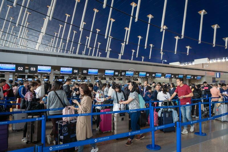 中国东方航空股份有限公司登记处柜台在上海浦东机场 免版税库存图片