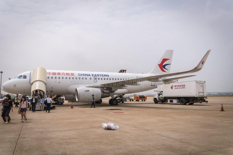 中国东方航空股份有限公司航空器登陆在上海浦东机场 库存图片
