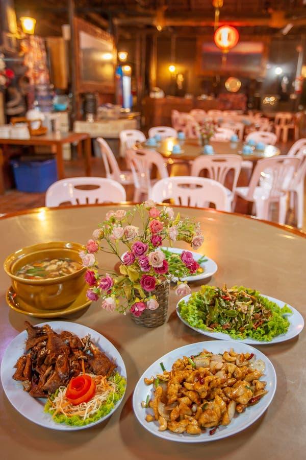 中国云南烹调、鸡、猪肉和汤 地方餐馆在土井美斯乐,Mae Fa Luang,清莱,泰国,近 库存照片