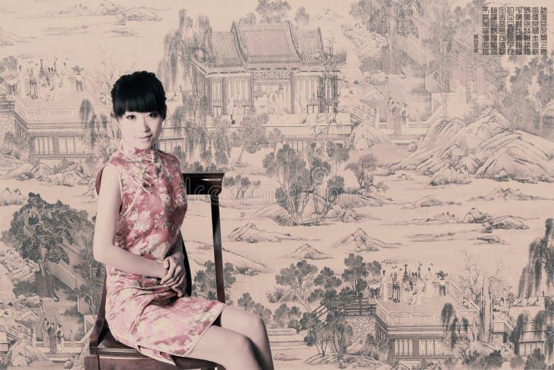 中国人传统礼服的女孩