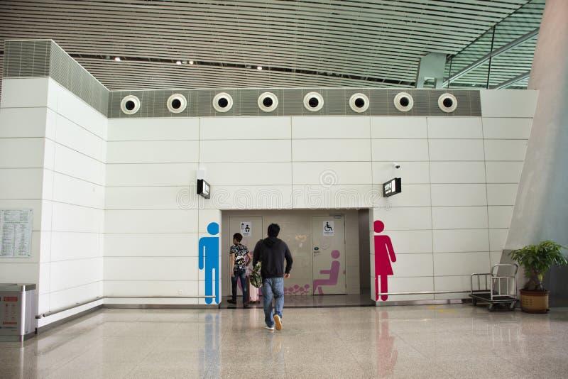 中国人和外国人乘客努力去做洗手间里面揭阳潮汕机场在汕头,广东,中国 免版税库存照片