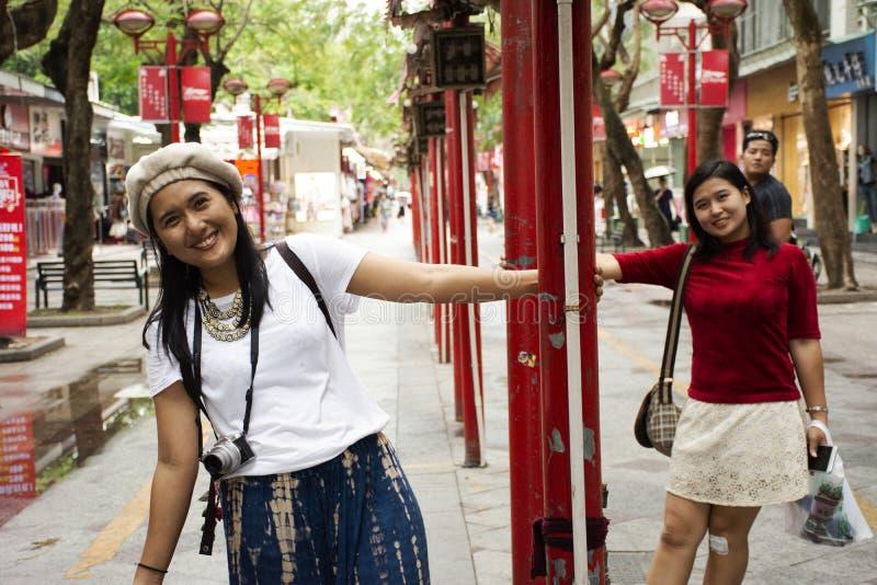 中国人和旅客泰国妇女在花桥辛Lu BuXingJie夜街市上的走旅行参观在汕头在中国 免版税图库摄影