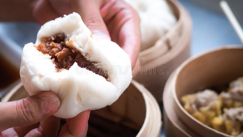 中国人BBQ猪肉小圆面包服务 粤式点心,传统中国饺子,在竹火轮篮子 ???? 库存图片