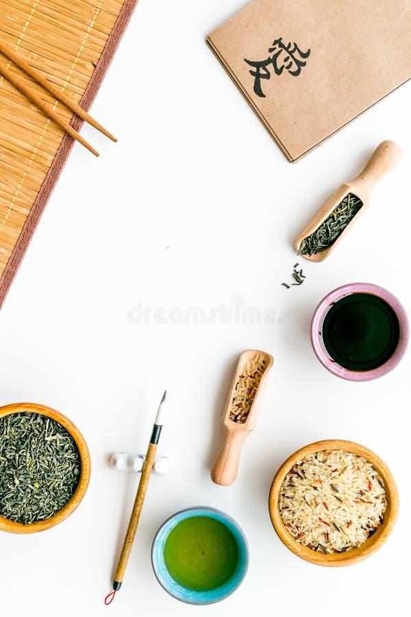 中国传统标志概念 茶,米,象形文字爱,竹碗碟衬垫,筷子,在白色的大豆sause 免版税库存照片