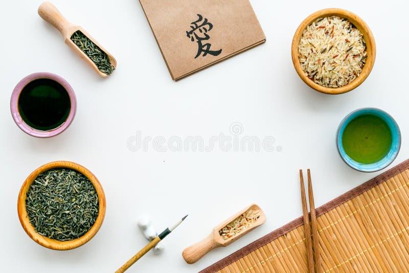 中国传统标志概念 茶,米,象形文字爱,竹碗碟衬垫,筷子,在白色的大豆sause 免版税图库摄影