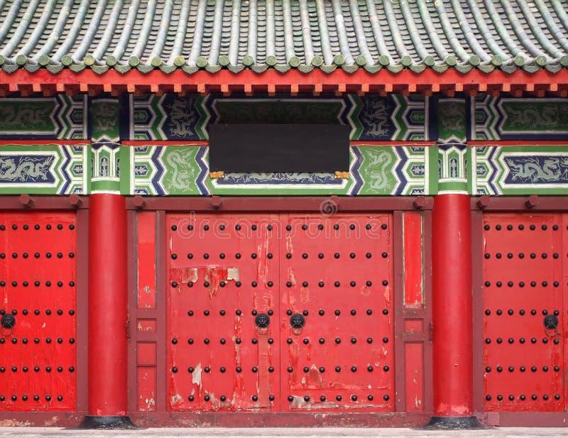 中国传统门红色的寺庙 库存图片
