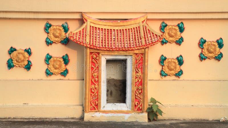 中国传统宗教门装饰 免版税图库摄影
