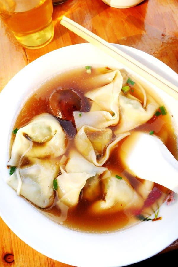 中国传统盘,肉饺子汤 库存图片