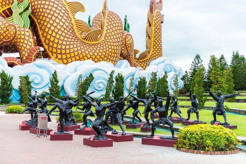中国修士或中国人少林Kung fu古铜色黑雕象  免版税库存照片