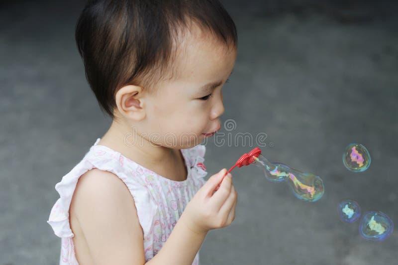 中国儿童吹的泡影 库存图片