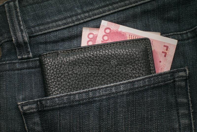 中国元和钱包在牛仔裤的口袋 特写镜头 免版税图库摄影