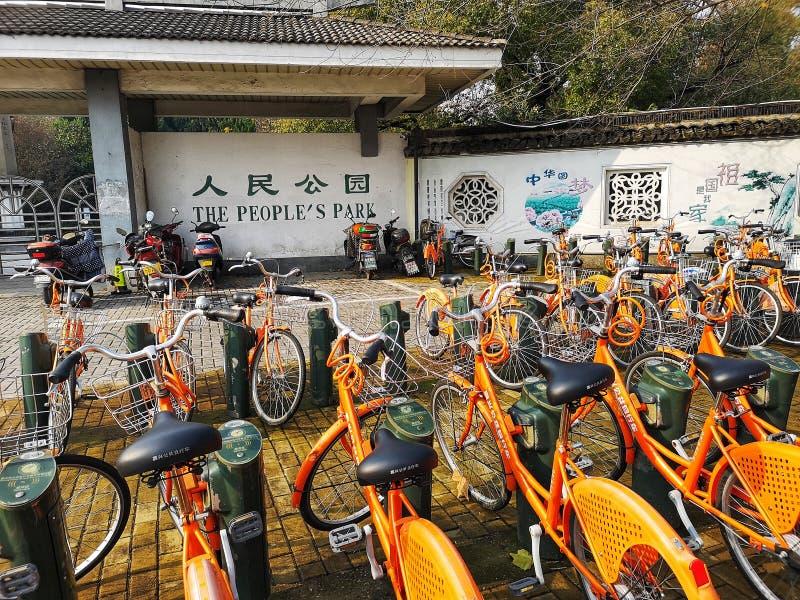 中国公共公园前的自行车共享计划 免版税库存照片