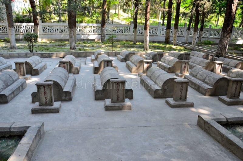 中国公墓或中国与中国士兵和工作者坟墓和坟茔的Yadgar喀喇昆仑山脉高速公路的基尔吉特巴基斯坦 免版税库存照片