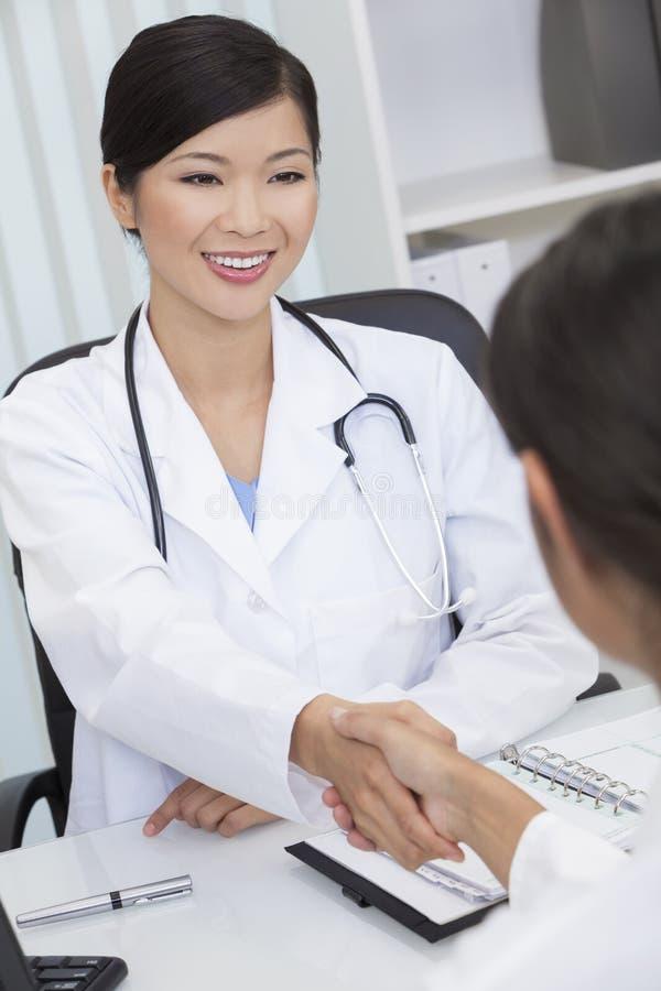 中国医生女性递震动妇女的医院 免版税图库摄影