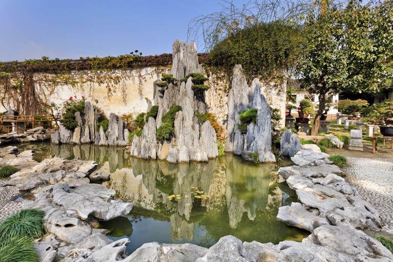 中国南京庭院晃动池塘 免版税库存照片