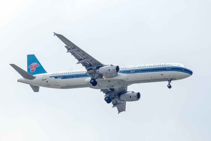 中国南方航空股份有限公司飞机或飞机在天空着陆的对Suvanabhumi机场 库存照片