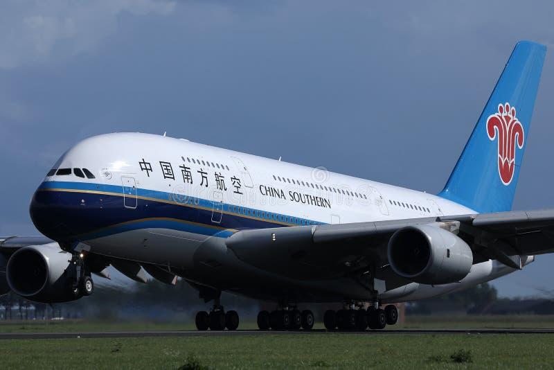 中国南方航空股份有限公司A380喷气机从史基普机场,AMS离开了 免版税图库摄影