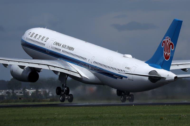 中国南方航空股份有限公司A380喷气机从史基普机场,AMS离开了 免版税库存照片