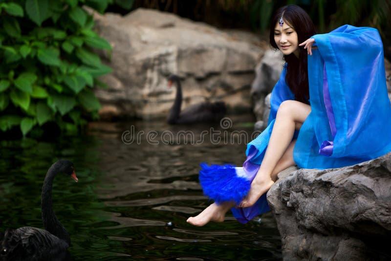 中国古老礼服的美丽的女孩 免版税库存照片