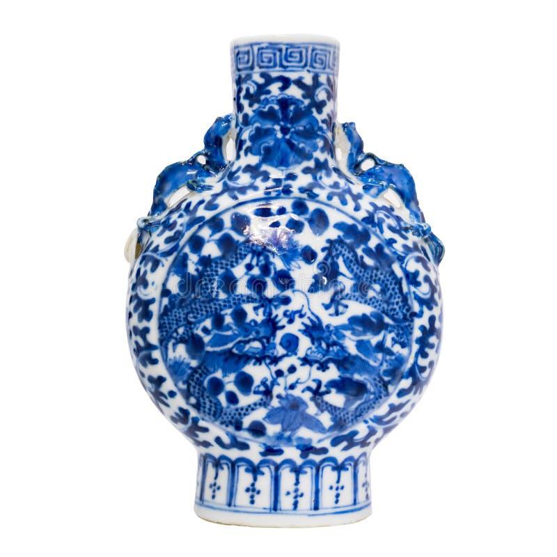中国古色古香的蓝色和白色花瓶,在白色背景的孤立 免版税图库摄影