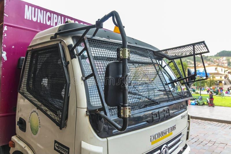 中国在库斯科,秘鲁做了有挡风玻璃和侧面窗除石机的东风卡车沿阿马斯广场 库存照片