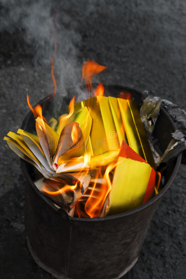 中国在火焰的偶象纸燃烧 免版税库存照片