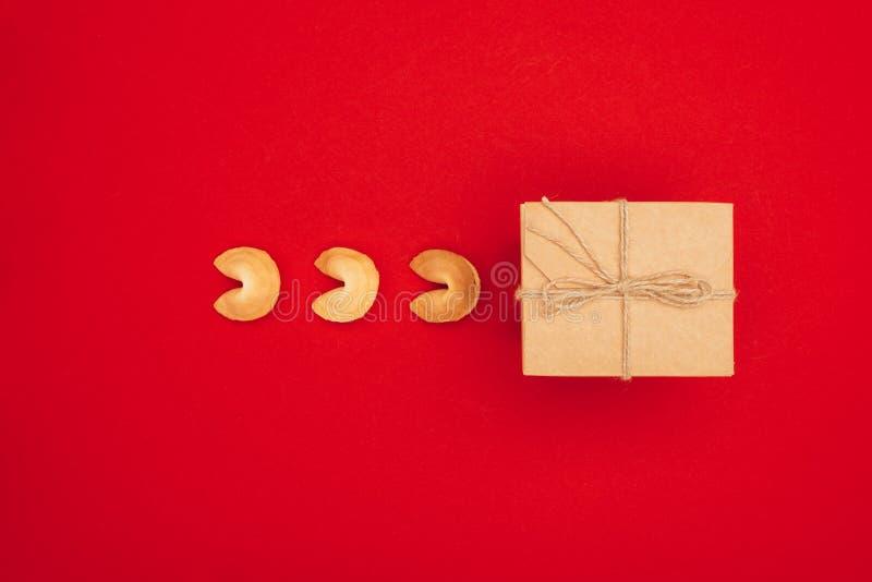 中国在牛皮纸中国新包裹的签饼和箱子顶视图  库存图片