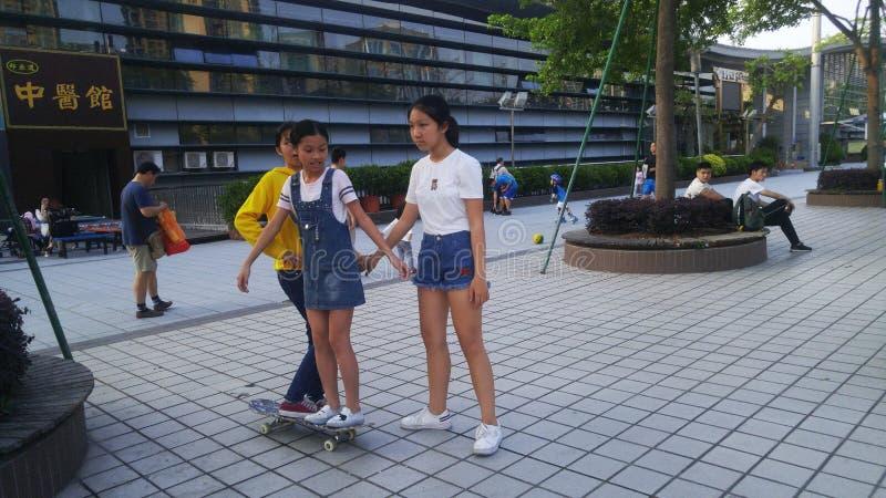 中国女孩戏剧滑旱冰 免版税库存图片