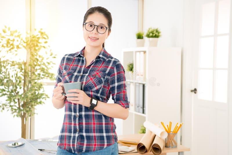 中国女性建筑师举行每咖啡 图库摄影