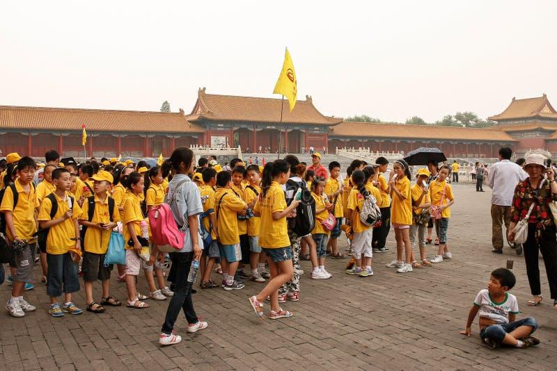 中国学生和一个小男孩在紫禁城在北京,中国 免版税库存图片