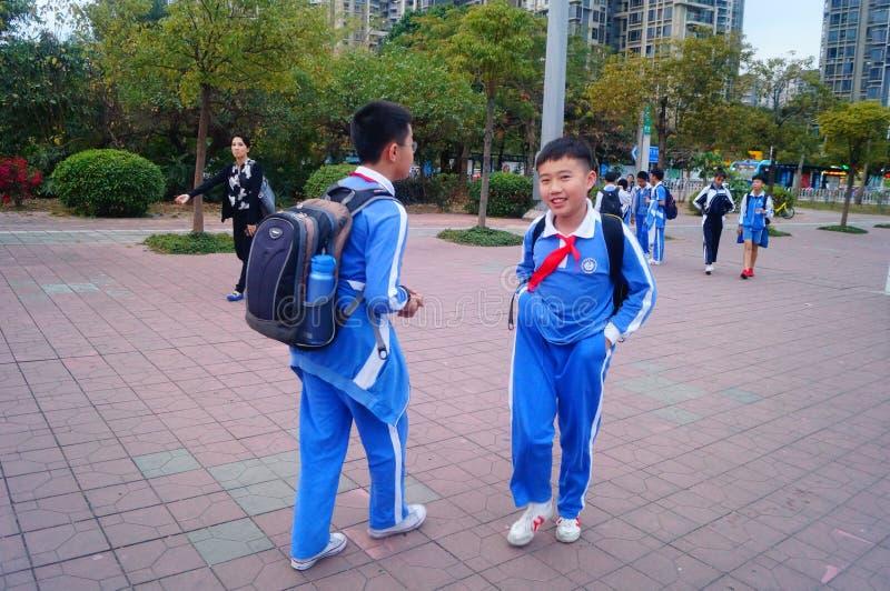 中国学生放学回家. 使用, 汉语.图片