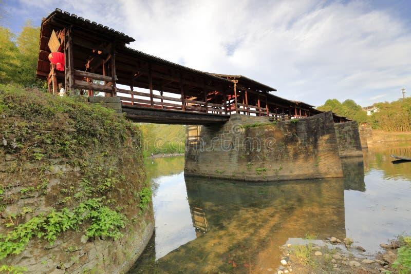 中国宋朝被遮盖的桥在wuyuan县,多孔黏土rgb 库存照片