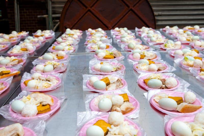 中国宗教信仰,礼仪奉献物,猪肉,菜,干豆,鸡蛋,米饭团, 库存照片