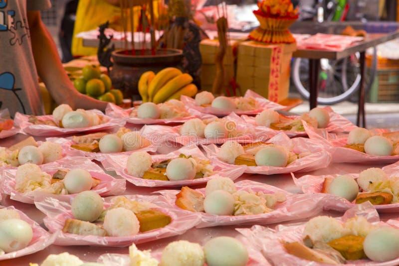 中国宗教信仰,礼仪奉献物,猪肉,菜,干豆,鸡蛋,米饭团, 免版税库存图片