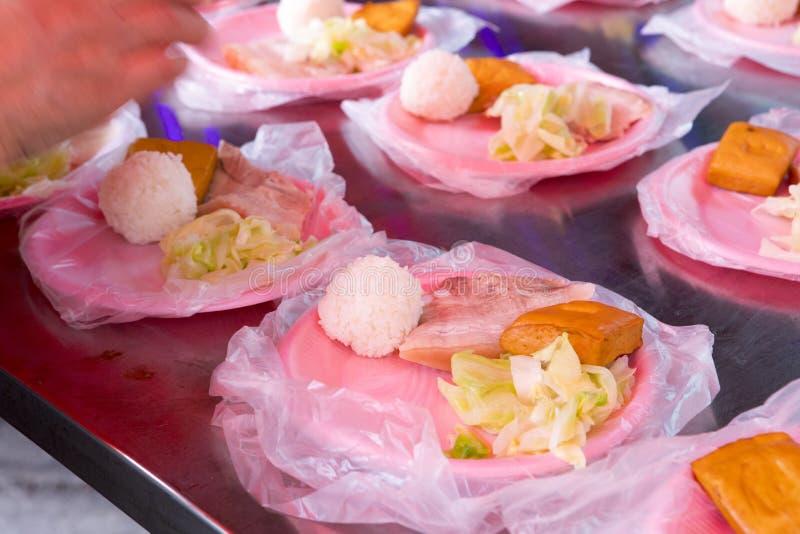 中国宗教信仰,礼仪奉献物,猪肉,菜,干豆,鸡蛋,米饭团, 免版税库存照片
