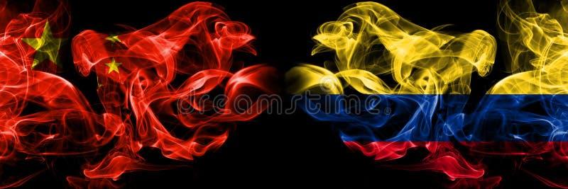 中国对哥伦比亚哥伦比亚,哥伦比亚烟旗并列 中国和哥伦比亚厚厚的彩色丝绸烟雾旗 皇族释放例证