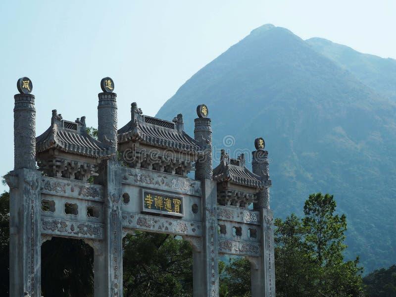 中国寺庙有山背景 免版税库存照片