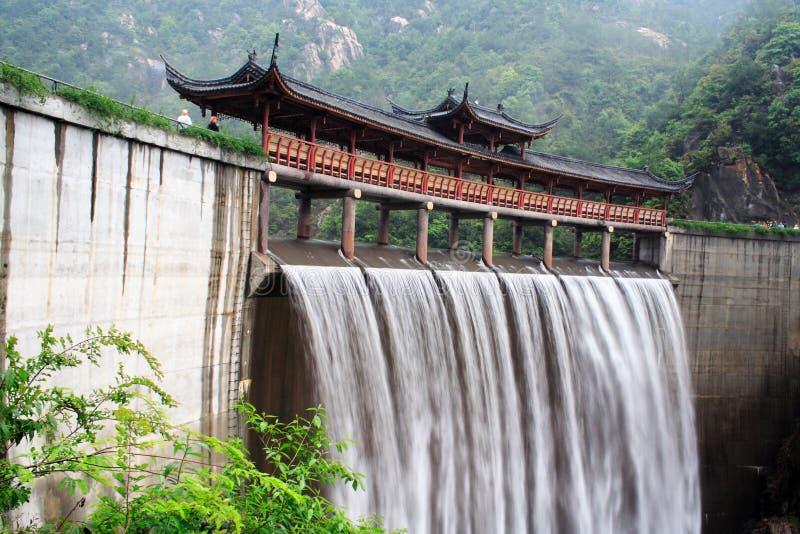 中国寺庙瀑布 免版税库存图片