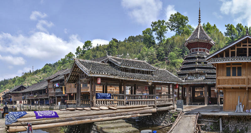 中国少数族裔东村庄、被遮盖的桥和鼓 库存照片