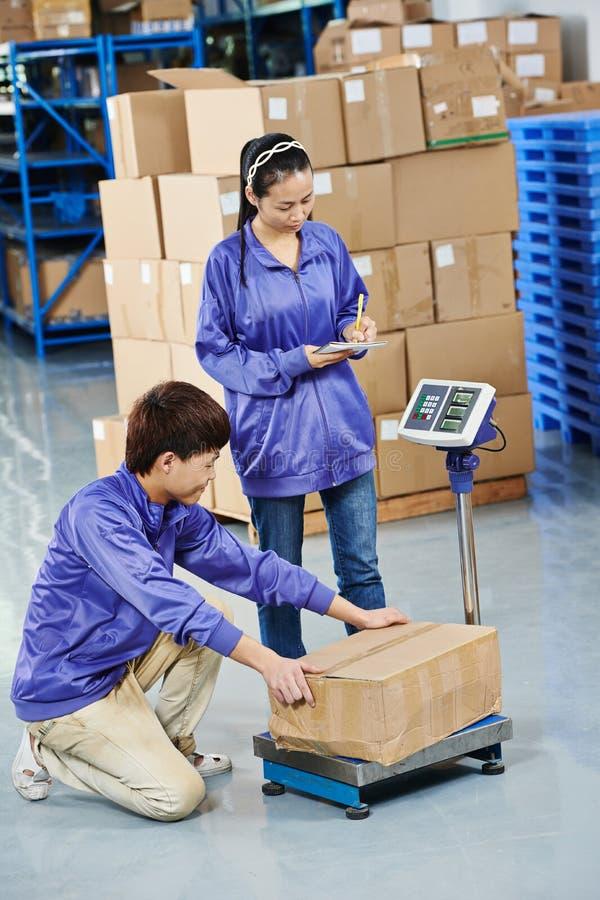 中国工作者在仓库里 免版税图库摄影