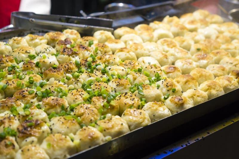 中国平底锅油煎的猪肉饺子 免版税库存图片