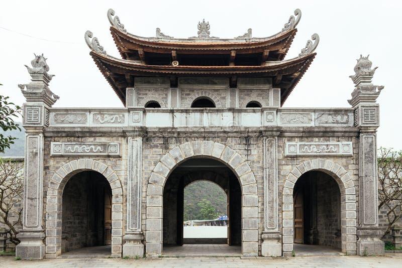 中国式在Trang附近的入口门风景复合体在夏天在Ninh Binh,越南 免版税库存图片