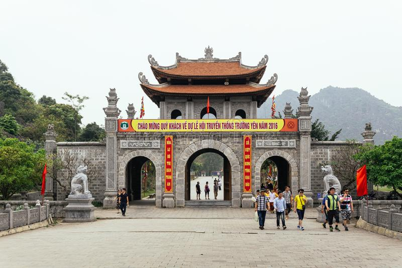 中国式有游人的入口门在Trang附近风景复合体在夏天在Ninh Binh,越南 库存照片