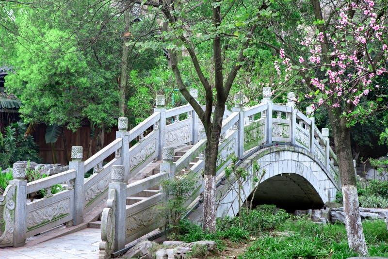 中国式石头曲拱桥梁 免版税库存照片